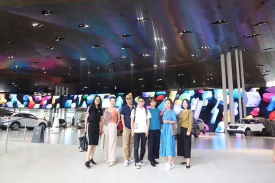 Hyundai Blue Prize 2019决赛入围选手与现代汽车文化中心(Hyundai Motorstudio Beijing)艺术总监徐静在Hyundai Motorstudio Goyang合影
